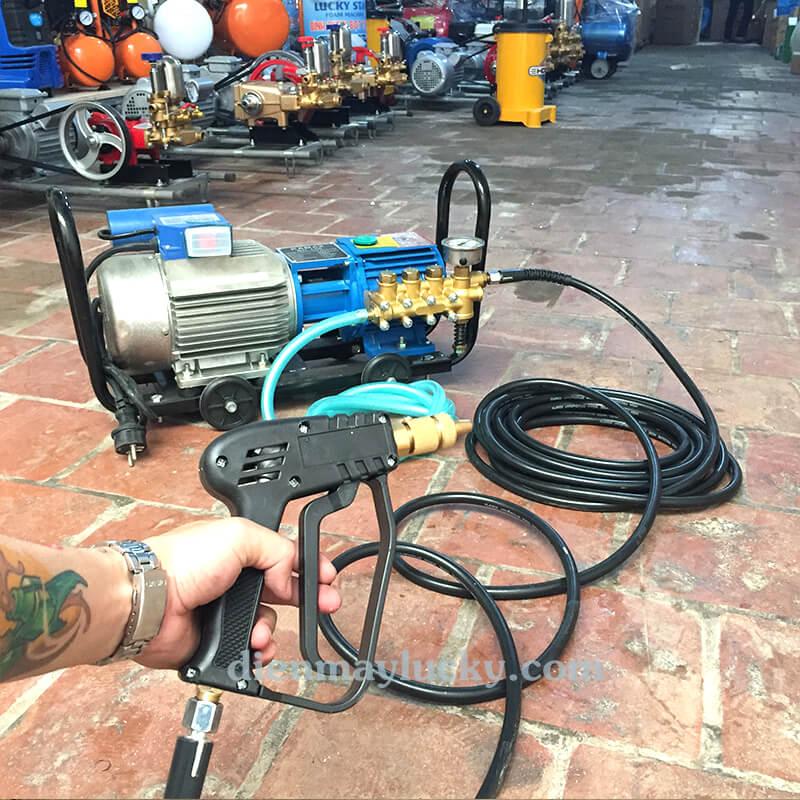 máy rửa xe ô tô mini