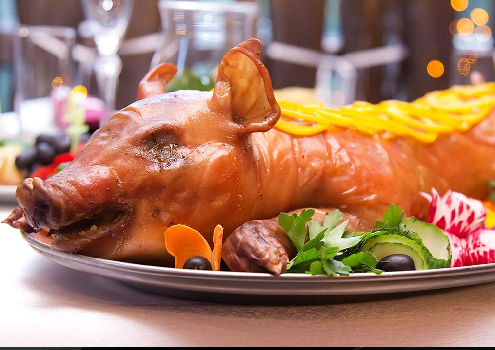 trang trí thịt lợn quay nguyên con